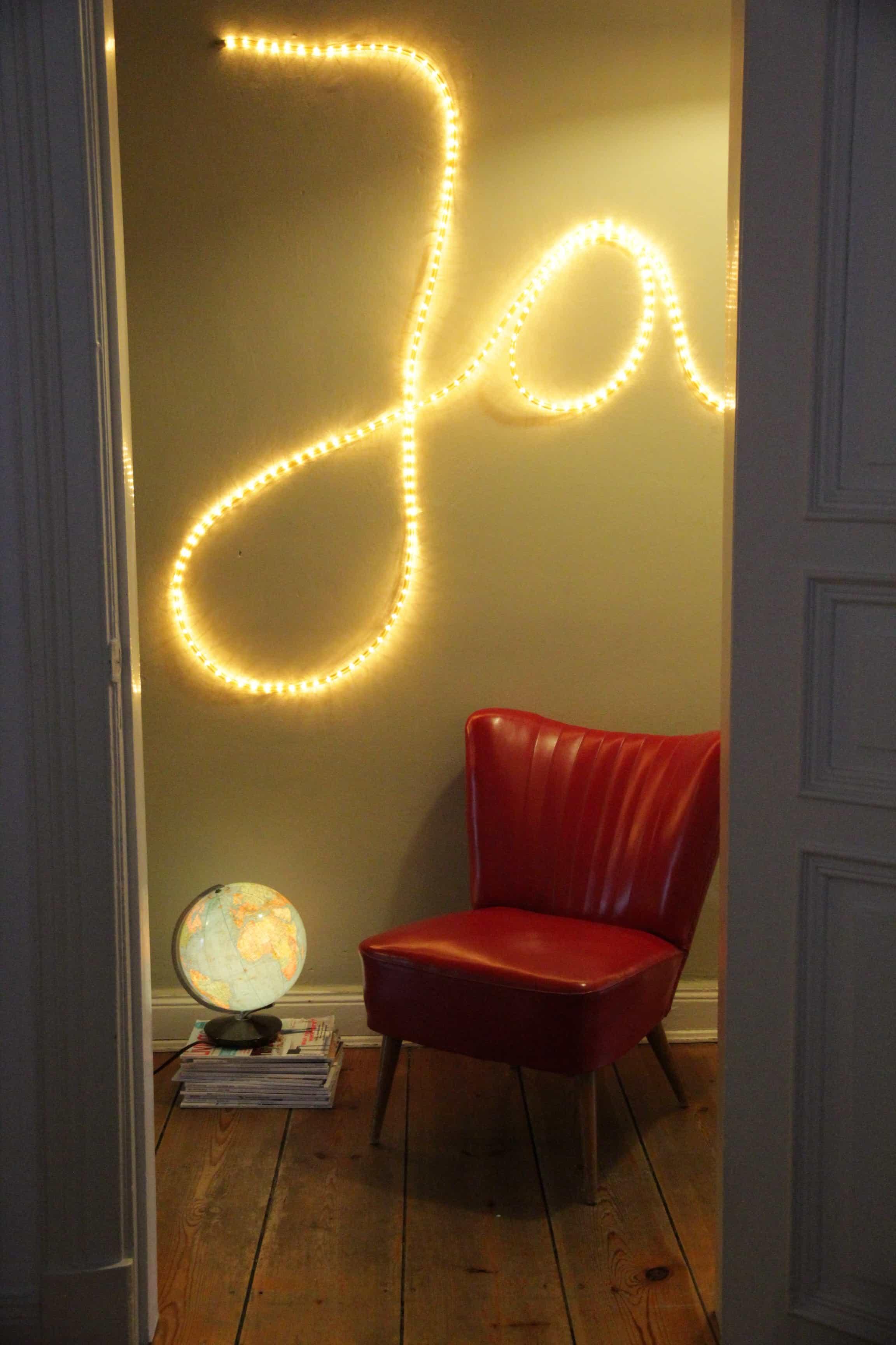w rter an die wand schreiben mit einem lichtschlauch. Black Bedroom Furniture Sets. Home Design Ideas
