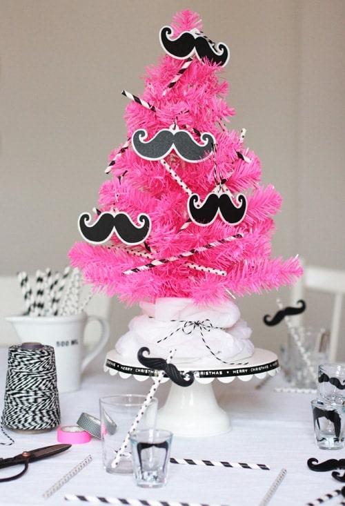 ein schnell dekorierter schnurrbart weihnachtsbaum oder. Black Bedroom Furniture Sets. Home Design Ideas
