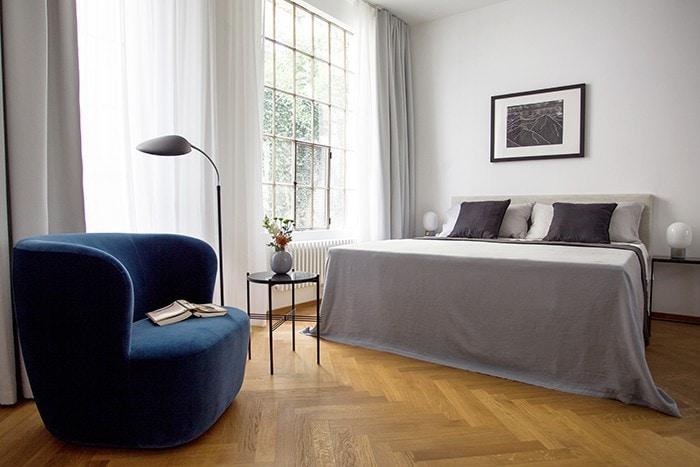 Schlafzimmer Blauer Sessel Boarding House