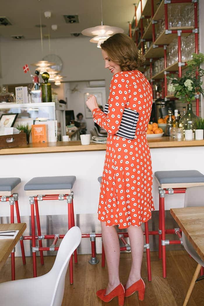 Rotes Kleid stehend