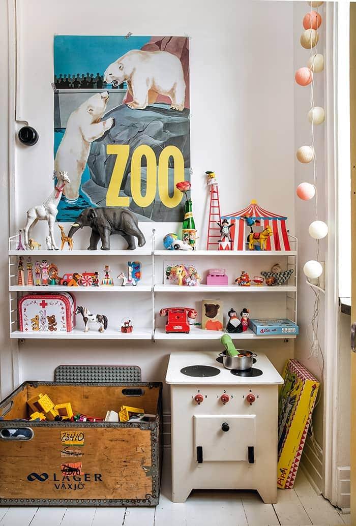 Ebenfalls Entworfen Von Isabelle McAllister Ist Die Tapete U201cRandom Cloudsu201d  In Der Schlafecke Des Kinderzimmers. Das Bett Vom Flohmarkt Hat Lovisa Mit  Grünem ...