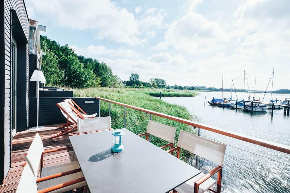 Tisch auf Holzterrasse direkt am Wasser von der Naturoase Gustow