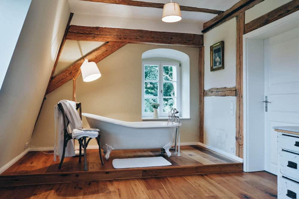 Freistehende Badewanne in der Ferienunterkunft Vorwerk Krewitz