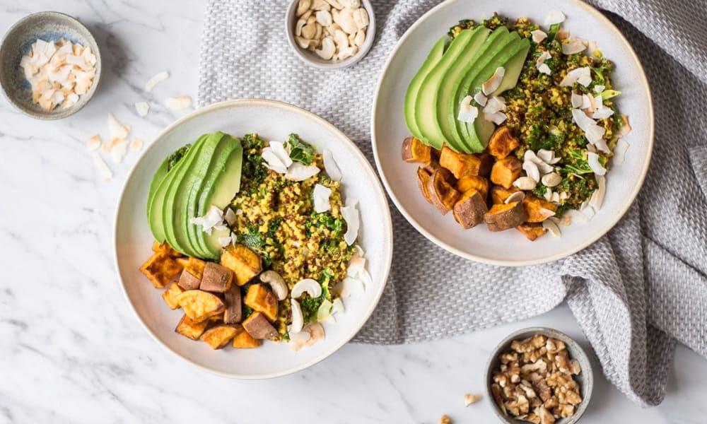 Eine Kurkuma-Quinoa-Bowl – hormonausgleichend, einer DER Trends 2019. Lynn Hoefer erklärt, warum das ein Geschenk an den weiblichen Körper ist.