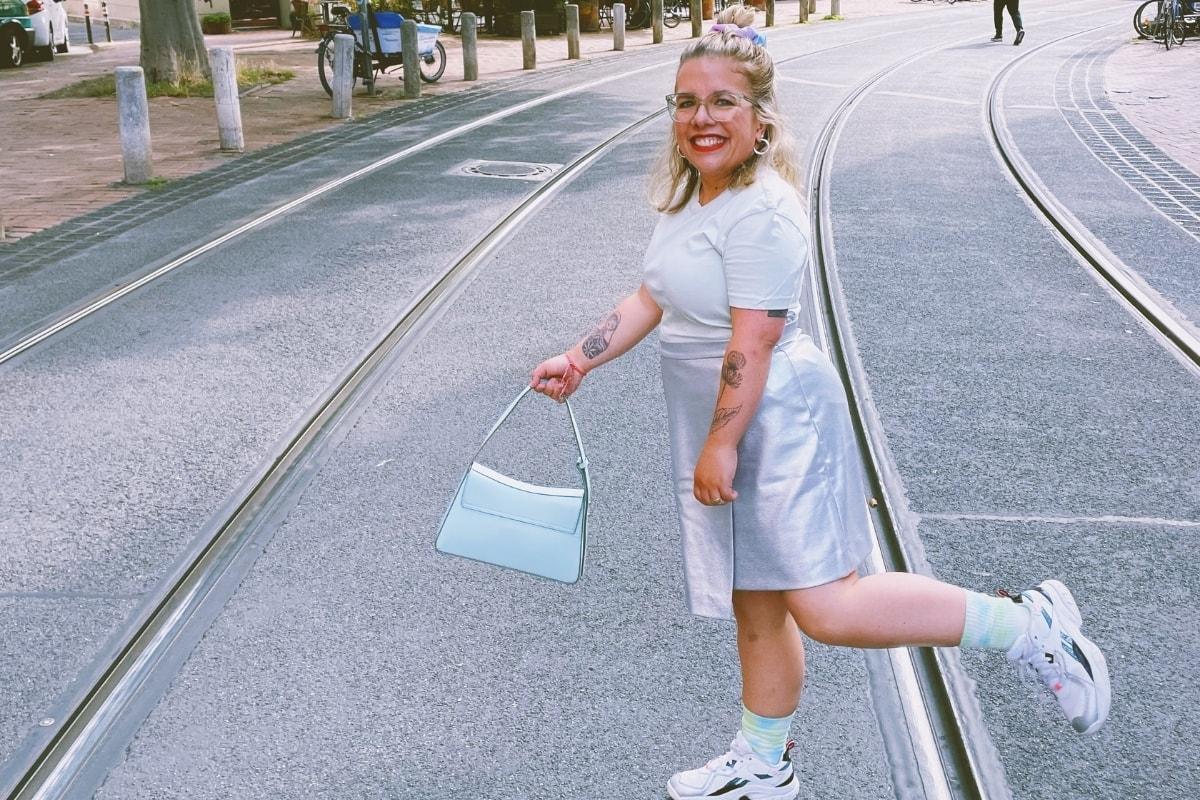 Ninia LaGrande mit Handtasche auf Straße